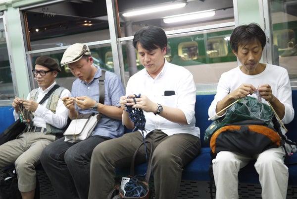 電車 編み物 ニット男子