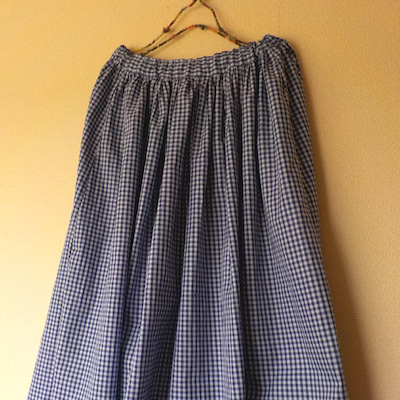 ギンガムチェックのギャザースカートとデニムのテーパードパンツの記事に添付されている画像