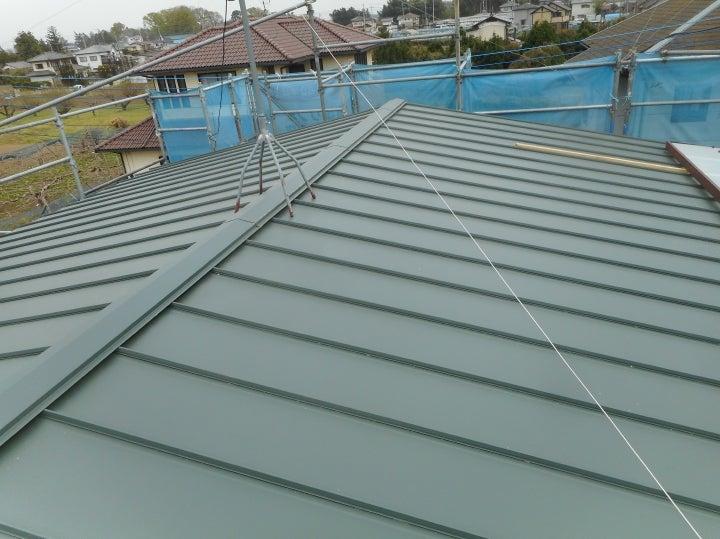 板金屋根からガルバリウム鋼板屋根へのカバー工法です外壁塗装雨樋