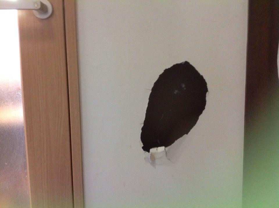 の 補修 壁 穴 大きい目の壁穴を修理しました。 愛知県小牧市 壁穴修理&壁紙一面張替え インナースペース