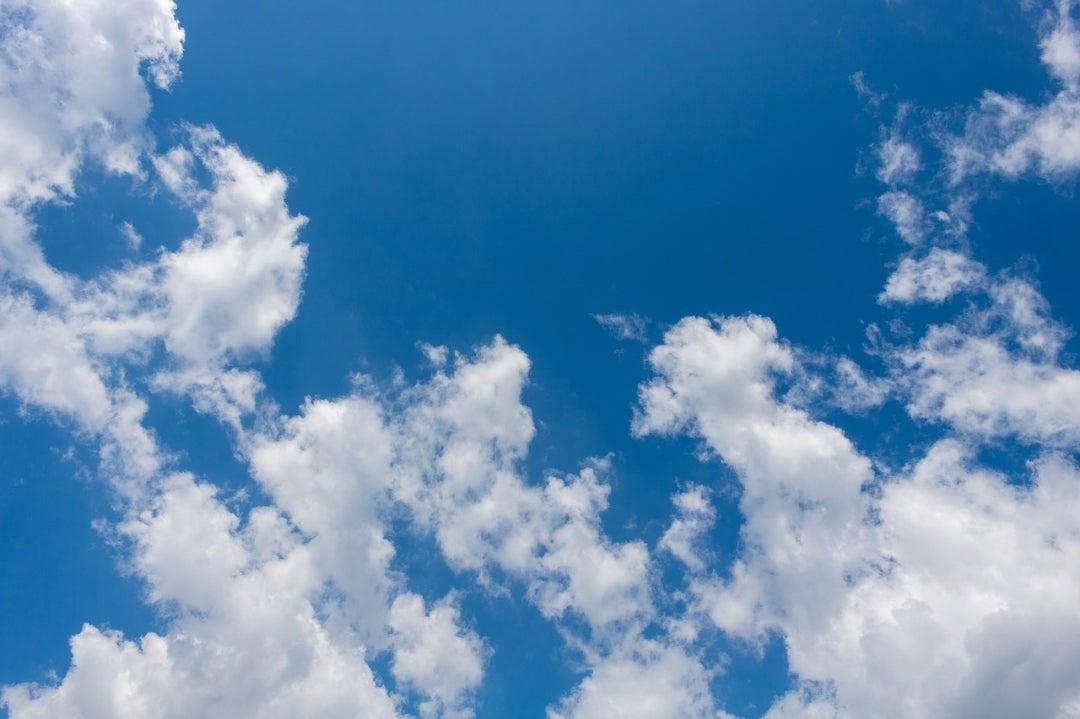 空に向かって笑顔