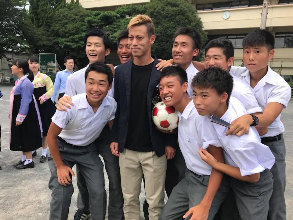 かっちんブログ 「堅忍不抜」サッカー日本代表 本田圭佑選手 来校 2 (SNS大きな反響&アクセスも19,000超え)本田圭佑が朝鮮学校をサプライズ訪問「夢を諦めないこと」を訴える