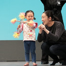 1~2歳で舞台に上がってこの笑顔!こどもってすごいね~の記事より