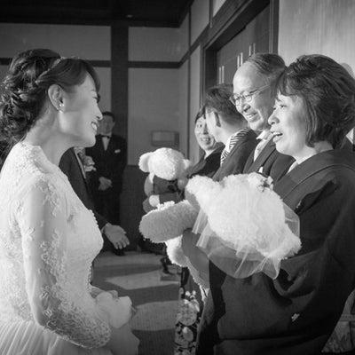 素敵な花嫁様とウェイトベア「メメ」贈呈シーンの記事に添付されている画像