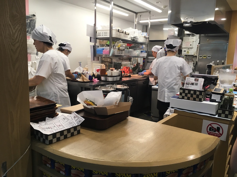 【沖縄 那覇空港】《ポークたまごおにぎり本店 那覇空港1F店》 厨房の風景