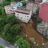 ▼唸声トルコ映像/雨で抉られた土地に建つ4階建ての家屋が崩壊する瞬間の画像