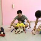 土曜日は、パパも大活躍!リトミック、小さいみんなもパパ・ママとルンルン!の記事より