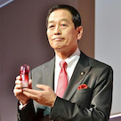 「プレジデントの服装術」資生堂 魚谷雅彦社長の「赤」とポケットチーフの記事より