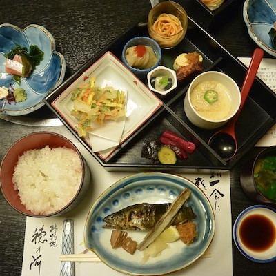 穂の河さんの松花堂弁当は中骨も丁寧に揚げた鮎の塩焼きの記事に添付されている画像