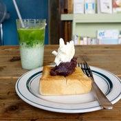 サテンで緑色のラテとあんバタートースト Saten