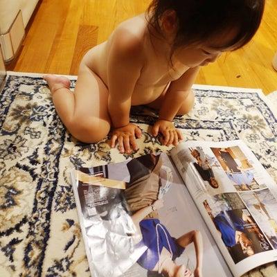 雑誌を読む子供の記事に添付されている画像