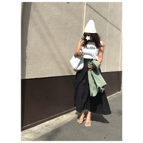 夏のモノトーンコーデ/ギャザースカートの着回しの記事に添付されている画像
