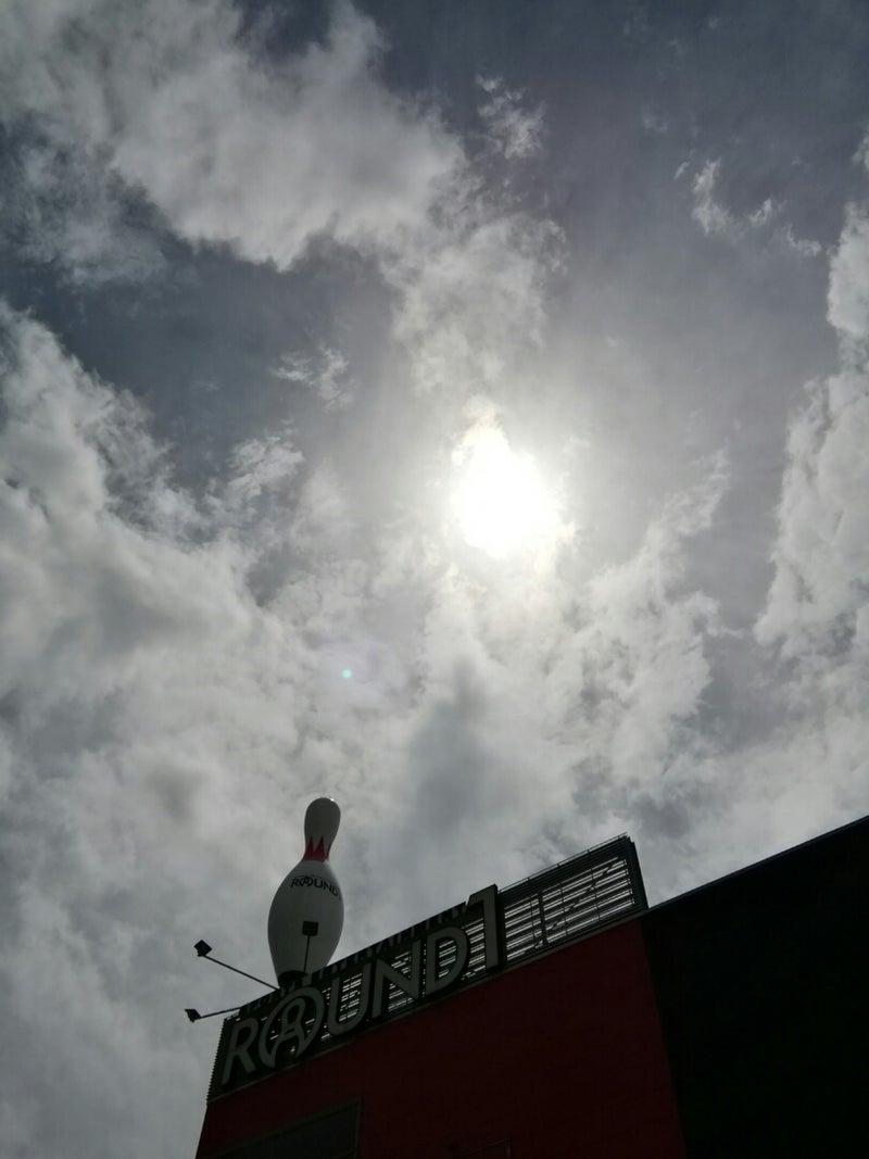 雲行きが怪しい空と、倒された自...