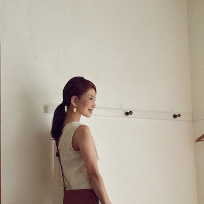 エクリュ+ネイビーの重ね着スタイル。の記事に添付されている画像