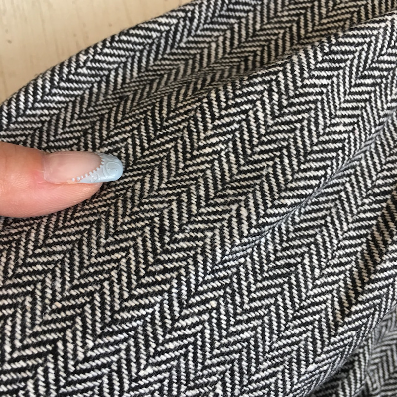 ツイード素材のスカートが旬