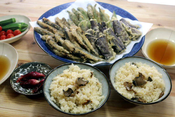 長崎県五島産サザエの炊き込みごはん、八幡浜近海産カタクチイワシ・ナス・オクラの天ぷらほか。