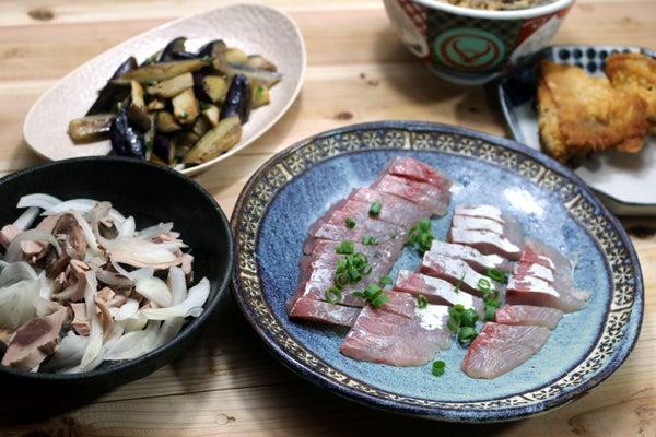 八幡浜近海産天然カンパチの刺し身、八幡浜産ナスの炒めもの、ハガツオ生節とタマネギのサラダほか。