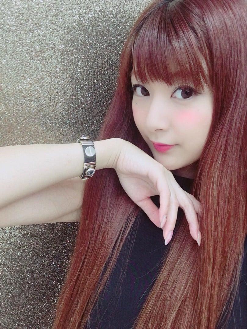 ブロンドヘアーの小島綾香さん