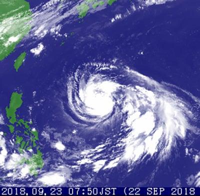 昨晩はwindy.comにおける人工台風24号の進路が、台北の北で90度直角に右折して、日本列島の南岸をかすめすコースが表示されていましたが、今朝は再び台湾南部直撃