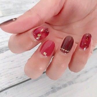 秋におすすめ!大人女子の指先をおしゃれに彩る赤べっ甲ネイル