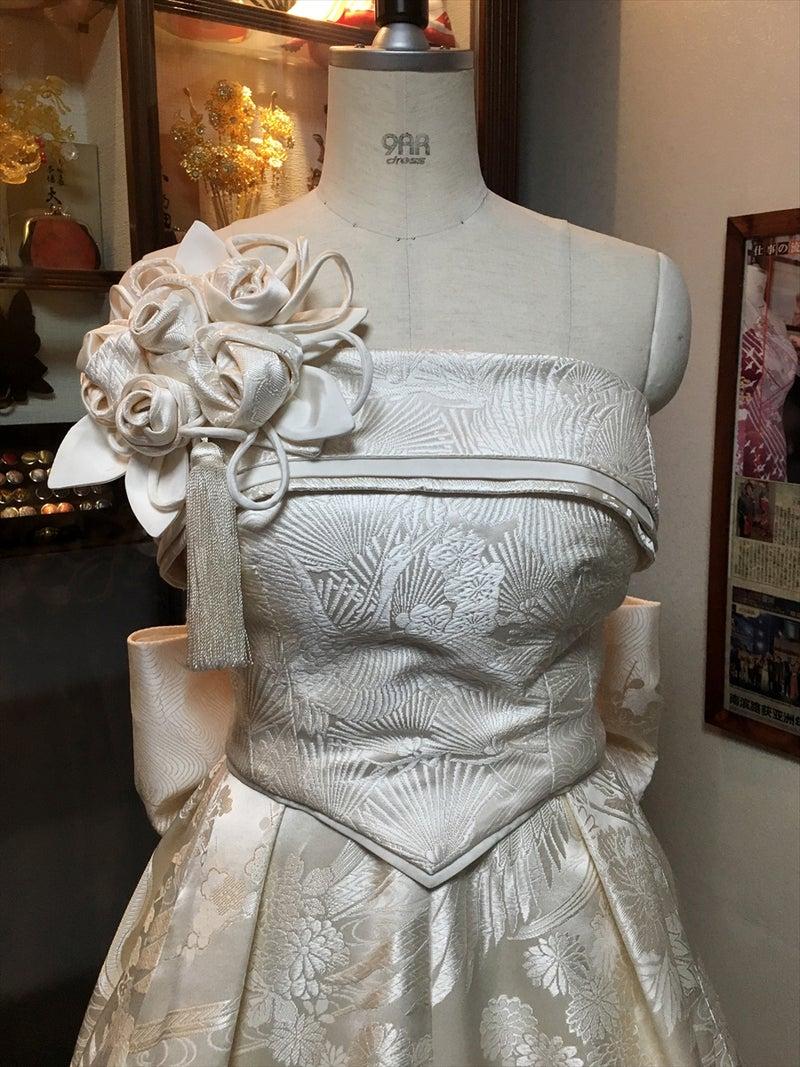 76a33ef093751 ... 白無垢2着から創造された純白の着物ウェディングドレス。 花嫁衣裳のウェディングドレスとしてはもちろん、ステージ衣装やイベント衣装などでも人気が出そうな  ...