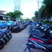 バリ バリ島 パーキング バイク 駐車場 手順 止め方 ルール 手順 値段 支払い 青い服 の話