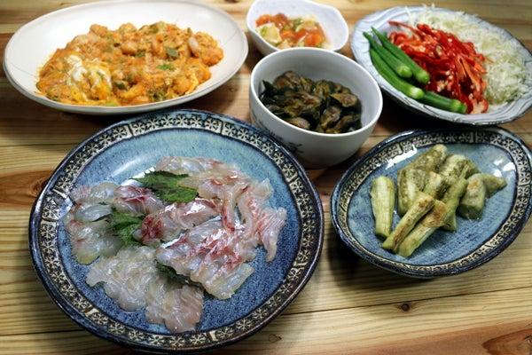 八幡浜近海産天然マダイの昆布締め、焼きナス、アカエビの卵炒めエビチリ風、キュウリの漬けものほか。