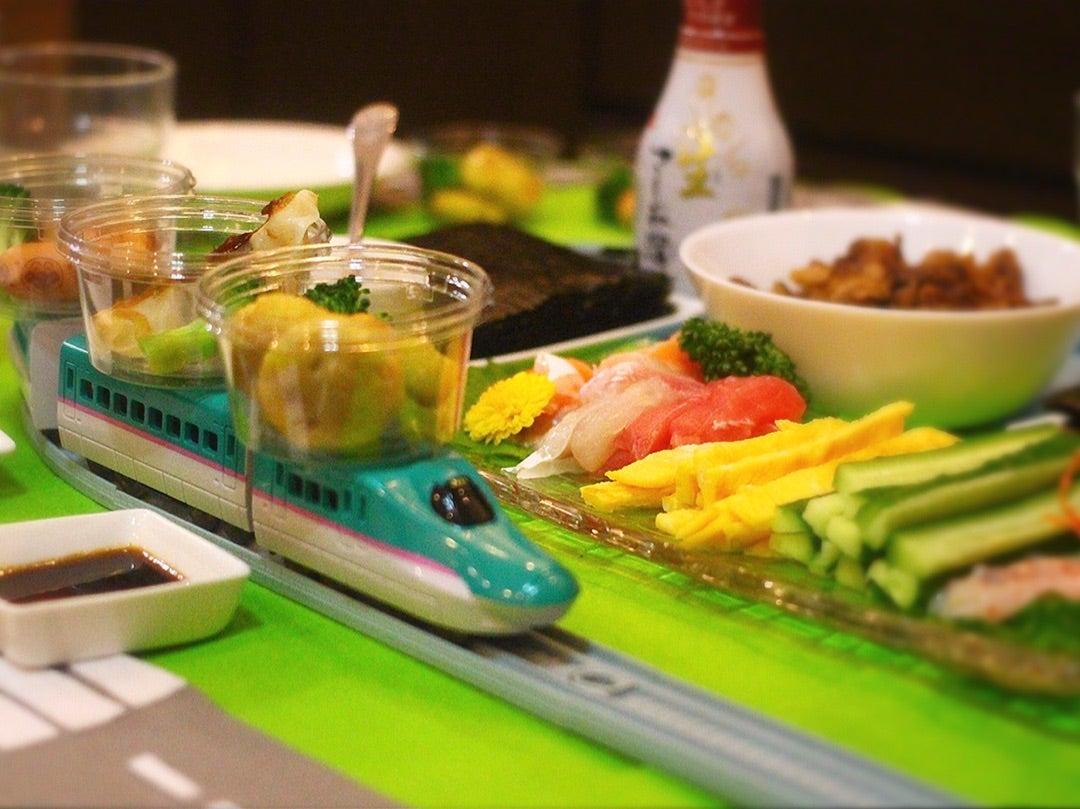 寿司 プラレール 「日本のパパが子供のためにプラレールの回転寿司を作っているのを見て…ほっこりした」海外の反応:らばQ