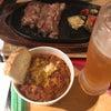 バル地下で食事中の画像