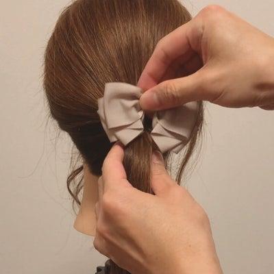 魔法のヘアアクセ『ヘアカフ』の正しい使い方の記事に添付されている画像