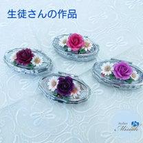バラとマーガレットのピルケースの記事に添付されている画像