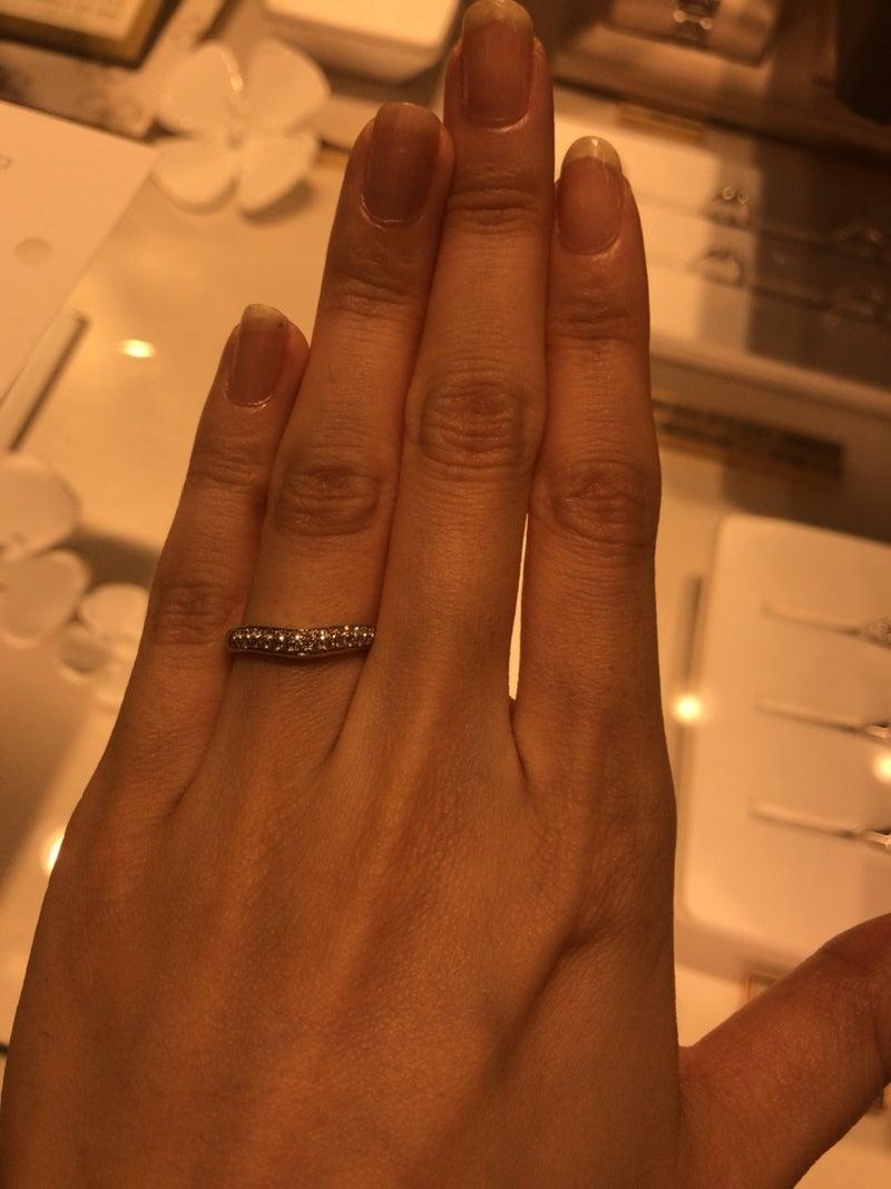 1334d6569fa7 ②、③に関しては結婚指輪1本だけでつける場合は今は指も華奢なので良いですが、歳を重ねると節が太くなるので細い指輪だとめりこむのが目立つんですよね。