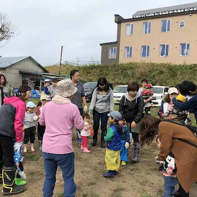 親子芋掘り会の記事に添付されている画像