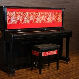 西陣織を着たピアノ の画像