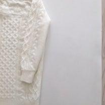 胸元レースの白ニットワンピースを着用の記事に添付されている画像