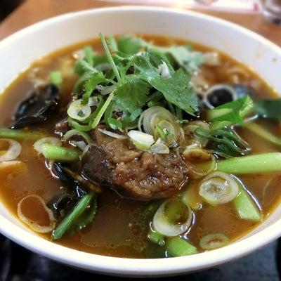 ピリ辛の刀削麺はパクチーの香り♪「チャーボン」の記事に添付されている画像