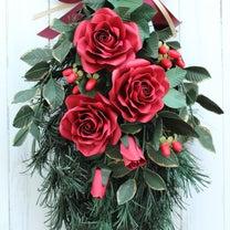 クリスマスに飾るペーパーローズスワッグの記事に添付されている画像