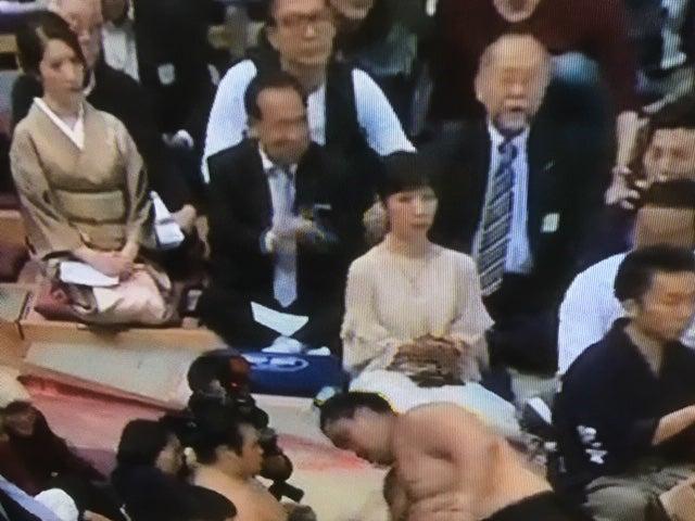 アメリカの小顔マスター西田のないしょ話大相撲を観戦する美女たち