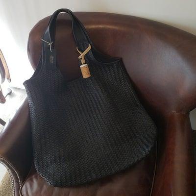 ブラックの肩掛けレザートートバッグ TIBERIO FERRETTI SACCAの記事に添付されている画像