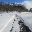 雪の合間の瞬間の青空