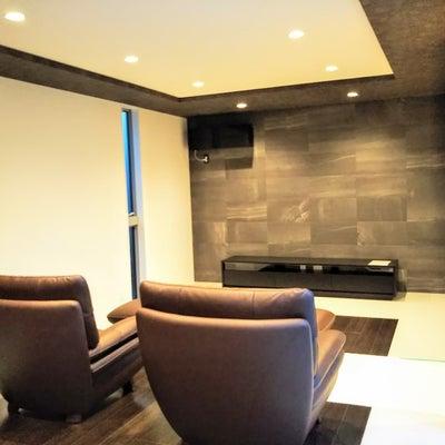 モダンなお宅にソファ、TVボート、電動ベッドをの記事に添付されている画像