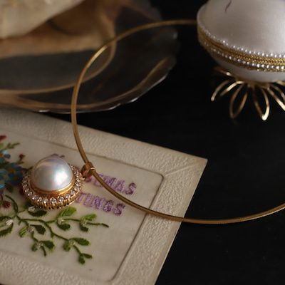 40歳を過ぎる頃から似合うマヴェパールの華やかなネックレス。の記事に添付されている画像