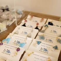 《ずっと、#イヤリング派》展、クリーマのイベント企画展の様子。お花イヤリング。の記事に添付されている画像
