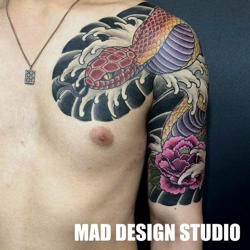 千葉県木更津市のタトゥーアートスタジオ マッドデザインスタジオ 彫師ジョニー 蛇と牡丹の刺青 五分袖