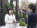 テレビカメラの前でインタビューに答える福田りえ