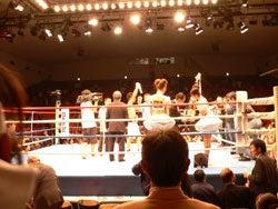 勝った木村章司選手にトロフィーの授与が行われている試合後のリング上の様子