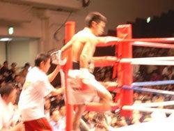 赤コーナーからリングに上がって行くチャンピオン木村章司選手の姿
