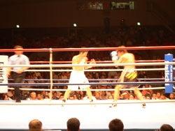 リング上で距離を詰めていくチャンピオン木村章司選手と挑戦者金沢知基選手