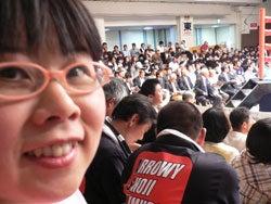 満員の客席でカメラ目線の福田りえ