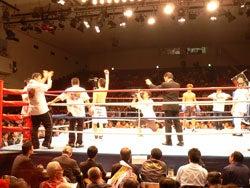 TVカメラも入っている満員の後楽園ホールのリング上で、拳を上げて選手コールに応える木村章司選手
